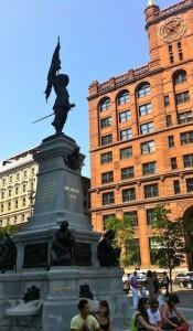 placedarmes-statue